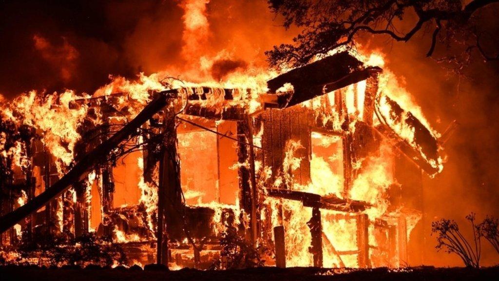 米カリフォルニア州北部で山火事...